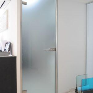 Прозрачная дверь с художественным пескоструем