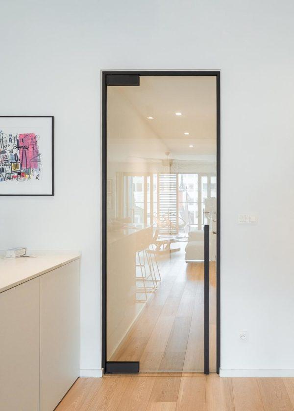Зеркальная межкомнатная дверь из стекла