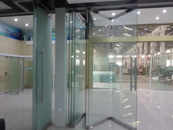 Перегородка торгового центра из закаленного стекла