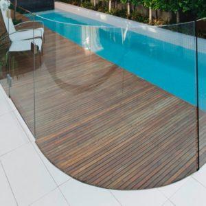 Ограждение бассейнов из гнутого стекла