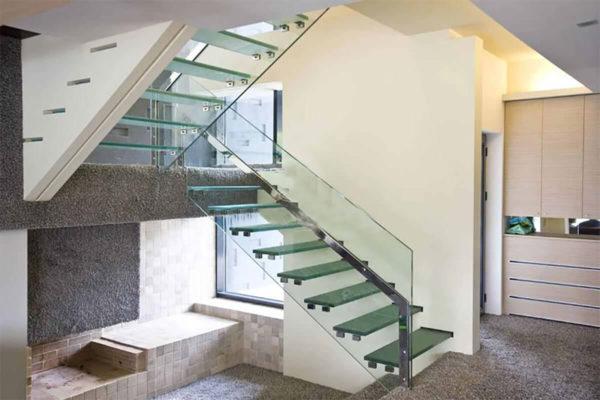Прозрачная стеклянная лестница