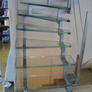 Лестница из прозрачного каленого стекла