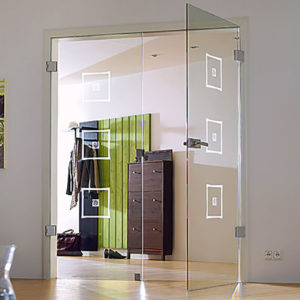 Маятниковая дверь из стекла с художественным пескоструем
