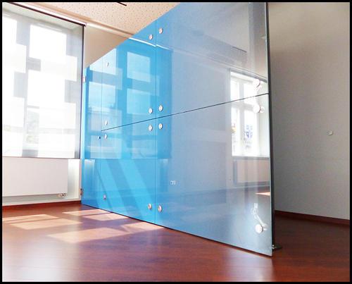 Голубая межкомнатная перегородка из стекла