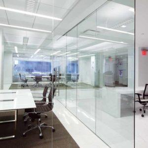 Перегородка из стекла в офисном помещении