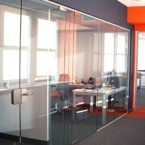 Эффектная стеклянная офисная перегородка
