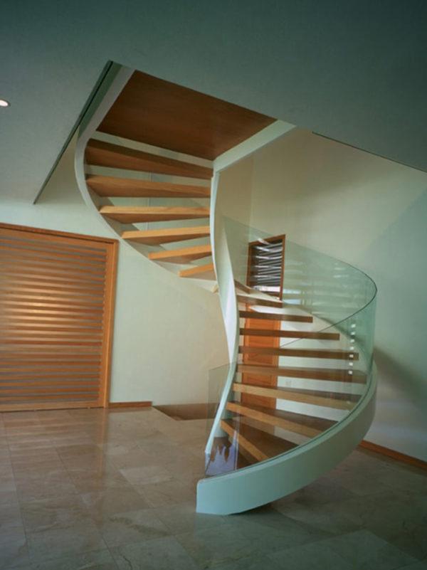 Остекление деревянной лестницы гнутым стеклом