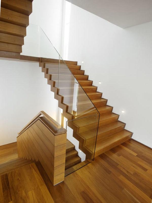 Ограждение деревянной лестницы из стекла