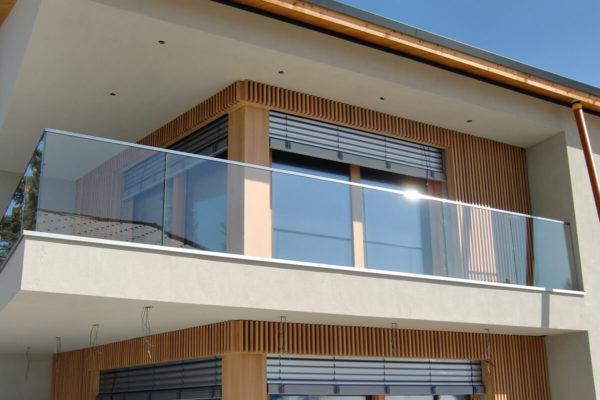 Прозрачное стеклянное ограждение балкона