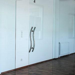 Прозрачная раздвижная дверь из стекла